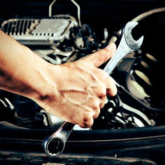 mechanik samochodowy z kluczem płaskim
