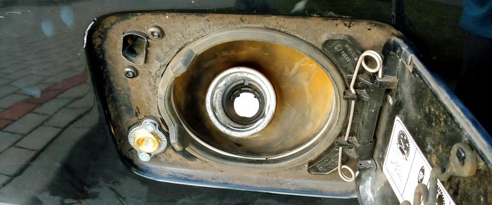 Volvo XC70 wlew gazu pod klapką benzyny