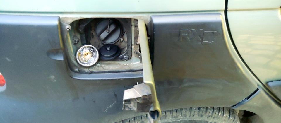 Renault Scenic zawór tankowania LPG pod klapką benzyny